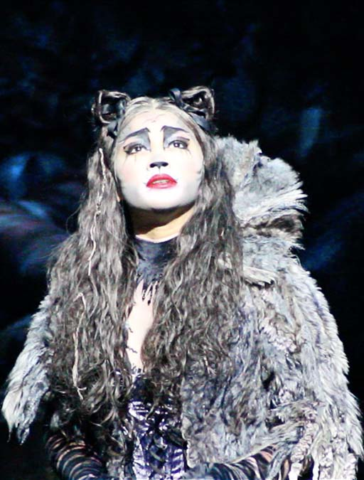Joana Ampil is explosive as Grizabella
